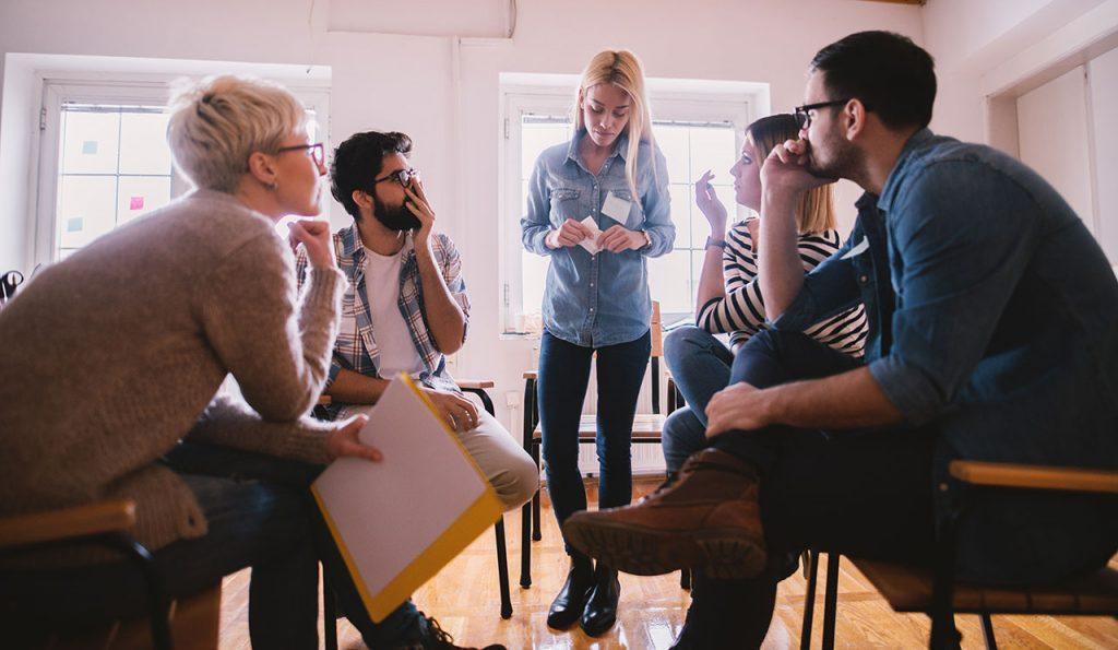 Gruppendsikussion über die Ergebnisse der Mitarbeiterumfrage